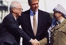 gambar06_Bill_Clinton_Yitzhak_Rabin_Yasser_Arafat_at_the_White_House_1993-09-13-a